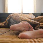 10代男子の心の健康に8.5時間の睡眠必要、東京大学など調査